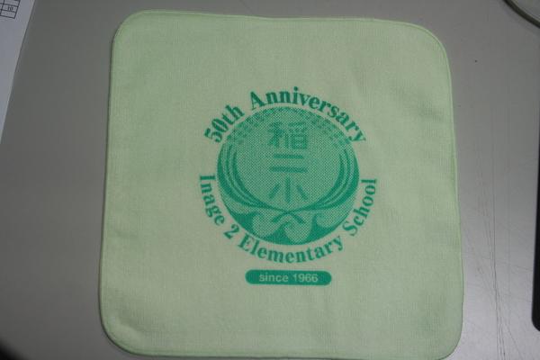 記念品の飴とミニハンカチタオルを紹介します。