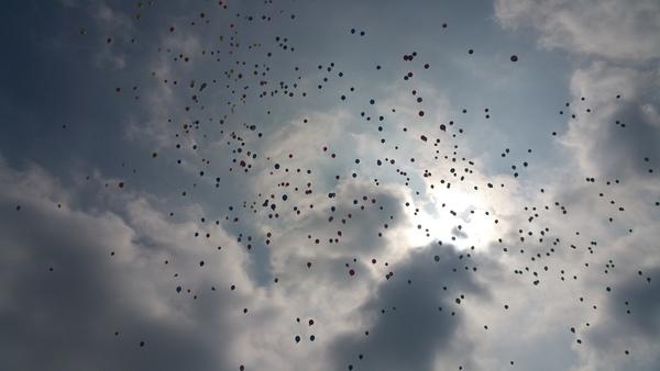 今度は早朝から風船飛ばしを行いました。