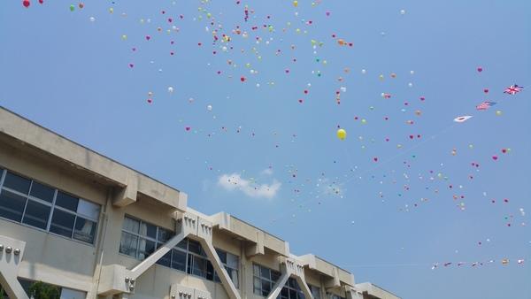 周年記念の風船飛ばしを運動会の昼休みに行いました。