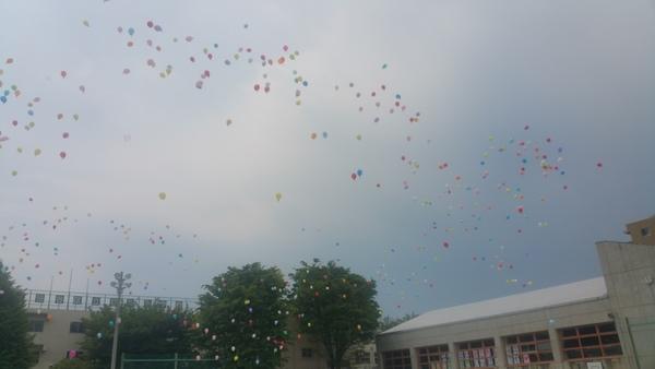 今年度も風船飛ばしが始まりました。