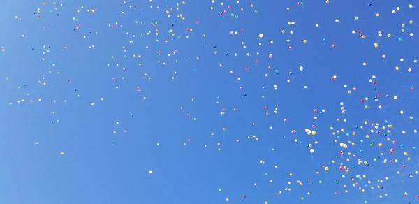 式典開始直前に風船とばしを行いました。(11/17)