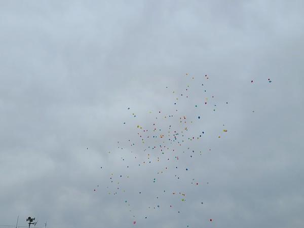 3/25に小学校の卒業式当日に風船とばしを行いました。